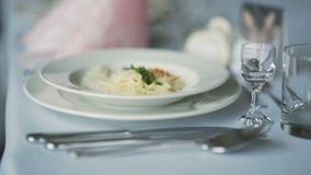 Utomordentligt dekorerad tabell för romantisk matställe lager videofilmer