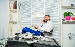 Utpressning- och pengarutpressning Olagligt pengarvinstbegrepp Affärsman att diskutera lyckat avtal Fraudsteren talar mobilt arkivfoton