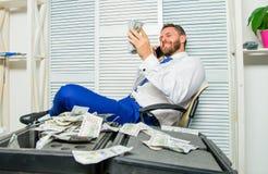 Utpressning- och pengarutpressning Olagligt pengarvinstbegrepp lyckat avtal Manfraudster att tala mobiltelefonen för att fråga fö royaltyfria bilder
