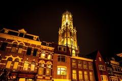 UTRECHT, НИДЕРЛАНДЫ - 18-ОЕ ОКТЯБРЯ: Старая европейская церковь с ночным освещением Utrecht - Голландия Стоковые Фото
