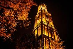 UTRECHT, НИДЕРЛАНДЫ - 18-ОЕ ОКТЯБРЯ: Старая европейская церковь с ночным освещением Utrecht - Голландия Стоковое Фото