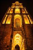 UTRECHT, НИДЕРЛАНДЫ - 18-ОЕ ОКТЯБРЯ: Старая европейская церковь с ночным освещением Utrecht - Голландия Стоковое Изображение