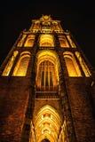 UTRECHT, НИДЕРЛАНДЫ - 18-ОЕ ОКТЯБРЯ: Старая европейская церковь с ночным освещением Utrecht - Голландия Стоковая Фотография RF