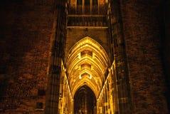 UTRECHT, НИДЕРЛАНДЫ - 18-ОЕ ОКТЯБРЯ: Старая европейская церковь с ночным освещением Utrecht - Голландия Стоковая Фотография