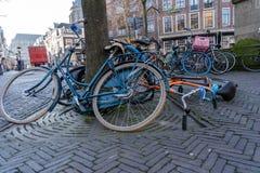 UTRECHT - 6 DE FEVEREIRO DE 2019: muitas bicicletas deixadas desacompanhadas na rua est?o transformando-se um problema crescente  foto de stock