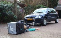 Utrecht, die Niederlande, am 19. Februar 2019: Autounfall mit deliveroo Freiberufler, der möglicherweise Versicherung hätte stockbilder