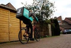 Utrecht, die Niederlande, am 19. Februar 2019: Deliveroo-Freiberufler auf seinem Fahrrad, das zur folgenden Lieferung geht lizenzfreie stockbilder