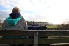 Utrecht, die Niederlande, am 19. Februar 2019: Deliveroo-Person, allein wartend den folgenden Auftrag mit einer schönen Ansicht stockfoto