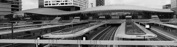 Utrecht, die Niederlande, am 15. Februar 2019: Schwarzes weißes Panorama von Utrecht-Hauptbahnhof, in den Niederlanden lizenzfreies stockbild