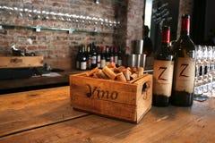 Utrecht, el Netherland, el 10 de marzo - 2019: Bar de vinos puesto con los corchos de madera y dos botellas de vino foto de archivo libre de regalías