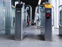 Utrecht holandie, Luty 15, 2019: frontview sprawdza wewnątrz i sprawdza za bramach NS Utrecht centrali stacja zdjęcia stock