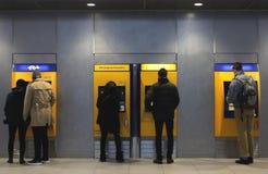 Utrecht holandie, Luty 15, 2019: ludzie przed biletową maszyną płacić dla ich podróży z NS fotografia stock