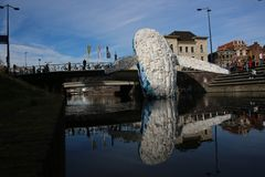 Utrecht holandie, Luty 24, 2019 -, wieloryb robić klingerytu odpady w kanale przeciw zanieczyszczeniu obrazy stock