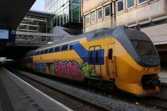 Utrecht holandie, Marzec 8, 2019: NS koloru żółtego pociąg lub intercity pełny graffity zdjęcia royalty free