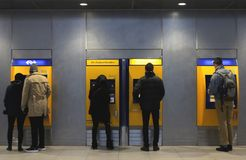 Utrecht Nederländerna, Februari 15, 2019: folk framme av biljettmaskinen som betalar för deras resa med NS arkivbild
