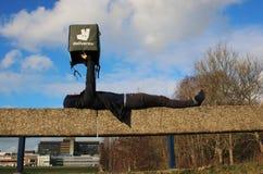 Utrecht Nederländerna, Februari 19, 2019: Person som älskar deliveroo och att rymma hans påse upp i himlen arkivbild