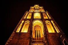 UTRECHT NEDERLÄNDERNA - OKTOBER 18: Forntida europékyrka med nattetidbelysning Utrecht - Holland Royaltyfri Foto