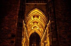 UTRECHT NEDERLÄNDERNA - OKTOBER 18: Forntida europékyrka med nattetidbelysning Utrecht - Holland Royaltyfria Foton