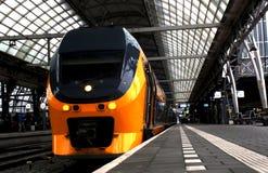 Utrecht, Nederland, 15 Februari, 2019: De achtermening van een gele trein interlokaal van NS royalty-vrije stock foto