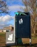 Utrecht, os Países Baixos, o 19 de fevereiro de 2019: Engrenagem de Deliveroo jogada no lixo após a greve fotografia de stock royalty free
