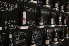 Utrecht, Países Bajos - 10 de marzo de 2019: Pared con los winebottles que se están vendiendo en un bar de vinos fotografía de archivo