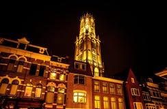UTRECHT, PAESI BASSI - 18 OTTOBRE: Chiesa europea antica con illuminazione di notte Utrecht - l'Olanda immagini stock