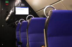 Utrecht, Pays-Bas, le 15 février 2019 : Chaises vides bleues dans le train de NS d'Amsterdam à Maastrich photo libre de droits