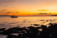 Utriggarefartyg under solnedgång royaltyfri fotografi