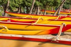 Utriggarekanoter på stranden i Hawaii royaltyfria foton