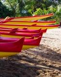 Utriggarekanoter på stranden i Maui, Hawaii Royaltyfri Fotografi