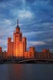 Utrikesdepartement Moskva, Ryssland, solnedgång över floden, afton cit Royaltyfria Bilder