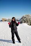 Utrustad turistkvinna på en skidalutning som gör det positiva tecknet med händerna i Bulgarien, Borovets Royaltyfria Bilder