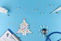 Utrustning av doktorn i jultema royaltyfri fotografi