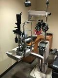 Utrustning för ögonexamen arkivbild