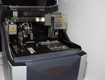 Utrustning för DNARNAanalys arkivfoto