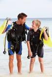 Utrustning för dykning för faderAnd Son With dykapparat på strandferie Fotografering för Bildbyråer
