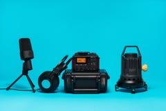 Utrustning för fältljudsignalinspelning på blå bakgrund Royaltyfri Fotografi