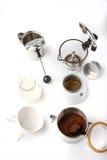 Utrustning för förberedelsekaffe på den vita bakgrundslodlinjen royaltyfria bilder