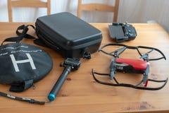 Utrustning för foto- och videoskytte Gå pro-, surra, surra asken, telefonen, fjärrkontroll, helipad på tabellen royaltyfri fotografi