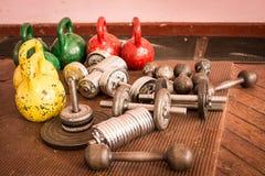 utrustning för idrottshallen, bodybuilding Arkivbilder