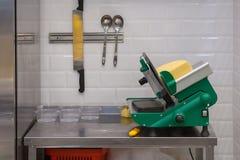 Utrustning för klippande och packande ost Arkivfoton