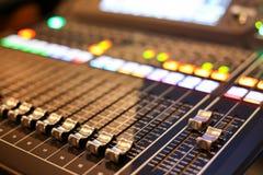 Utrustning för kontroll för solid blandare i studioTV-station, ljudsignal a fotografering för bildbyråer