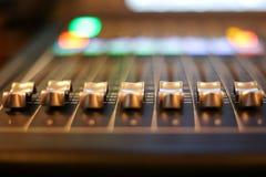 Utrustning för kontroll för solid blandare i studioTV-station, ljudsignal a royaltyfria bilder