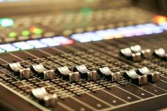 Utrustning för kontroll för solid blandare i studioTV-station, ljudsignal a arkivfoton