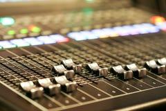 Utrustning för kontroll för solid blandare i studioTV-station, ljudsignal a arkivbild