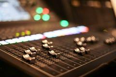 Utrustning för kontroll för solid blandare i studioTV-station, ljudsignal och videoproduktionSwitcher av televisionTV-sändning arkivfoton