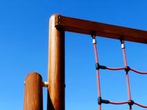 Utrustning för lekplatsklättringövning med röda rep royaltyfri foto