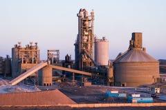 Utrustning för produktion av asfalt, cement och betong konkret växt royaltyfri bild