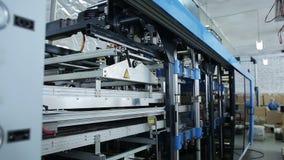Utrustning för produktion av one-off behållare Arbeta inom av växten stock video