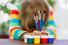 Utrustning för skola för pojke för liten unge hållande tillbaka skola till Royaltyfria Bilder